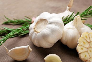 Chữa bệnh cao huyết áp bằng tỏi có thật sự hiệu quả như mong đợi?